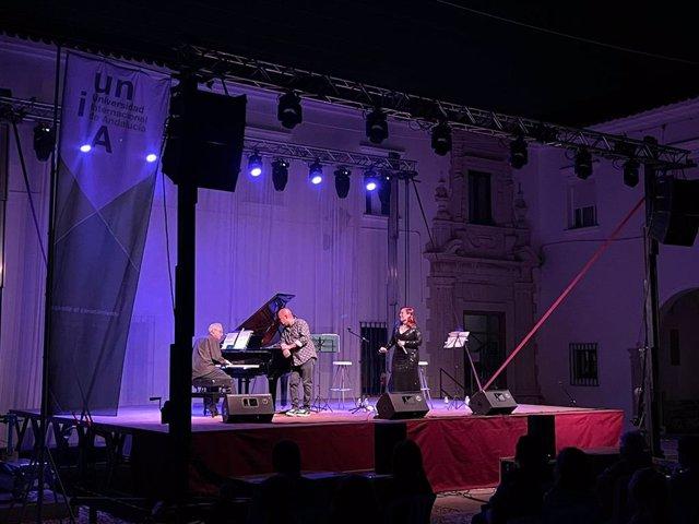 Los artistas Alexis Díaz-Pimienta, Mar Venzal y David Lenker en las noches de conciertos de la UNIA en La Rábida.
