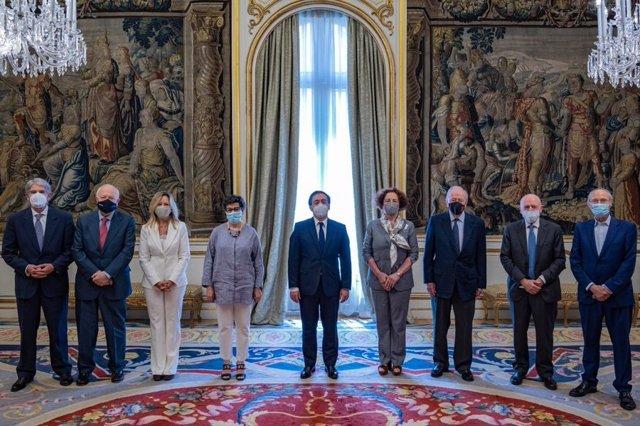 El ministro de Asuntos Exteriores, Unión Europea y Cooperación, José Manuel Albares, con algunos de sus predecesores en el cargo