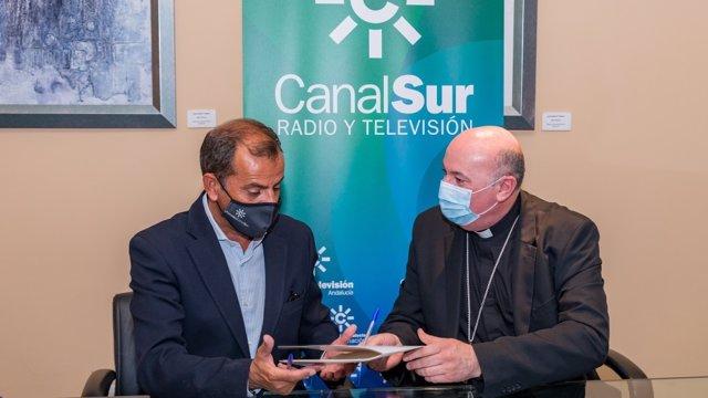 El director general de Radio y Televisión de Andalucía (RTVA), Juan de Dios Mellado, y el obispo de Guadix (Granada) y delegado para los medios de comunicación en la Asamblea de Obispos del Sur, Francisco Jesús Orozco, firman un convenio de colaboración.