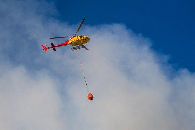 Arxiu - Un helicòpter dels Bombers treballa en un incendi