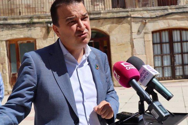 El consejero de Agricultura, Agua y Desarrollo Rural, Francisco Martínez Arroyo, en Molina de Aragón