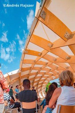 Aulario exterior con estructura innovadora de madera