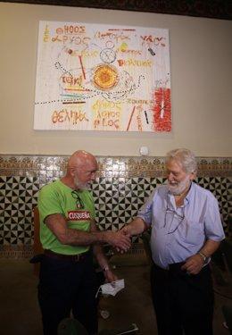 El president de l'IEC, Joandomènec Ros, agraeix a l'artista Ferran Garcia Sevilla la donació de l'obra 'Truc 13'