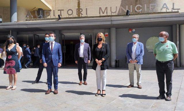 El president de la Generalitat, Pere Aragonès, amb l'alcaldessa de Badia del Vallès, Eva Menor, durant la visita al municipi