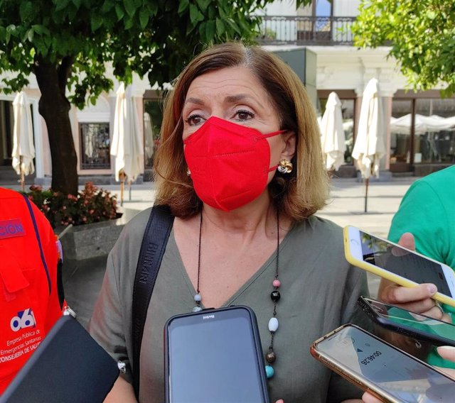La delegada de Salud y Familias de la Junta en Córdoba, María Jesús Botella, atiende a los periodistas.