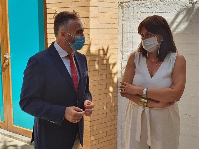 La delegada territorial de Educación, Estela Villalba, con el alcalde de La Palma del Condado, Manuel García Félix (PP).