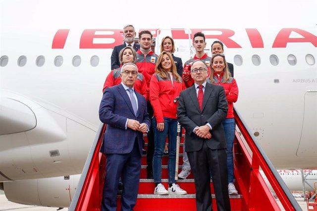 Archivo - Alejandro Blanco y Luis Gallego con María López, Teresa Portela, Fátima Gálvez, Jesús Tortosa y Nikoloz Sherazadishvili junto al Airbus A350 de Iberia