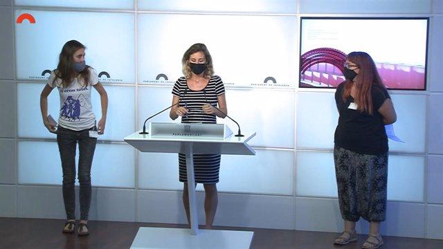 La diputada de la CUP Laia Estrada amb Gemma Tomàs i Selene Almerich en la conferència de premsa al Parlament