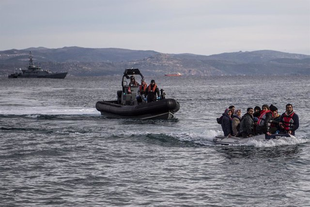Archivo - 28 February 2020, Greece, Lesbos: A lifeboat with refugees arrives on the Greek island of Lesbos, next to the patrol boat of the British border troops HMC Valiant, which is part of the Frontex mission. Photo: Angelos Tzortzinis/dpa