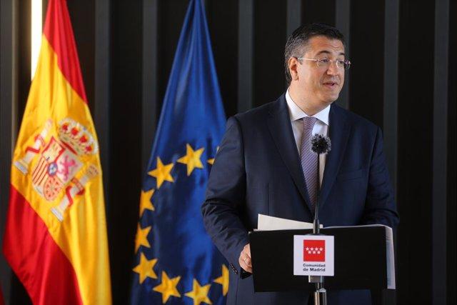 El presidente del Comité Europeo de las Regiones, Apostolos Tzitzikostas, interviene en una rueda de prensa durante su visita al Hospital Enfermera Isabel Zendal de Madrid, a 24 de junio de 2021, en Madrid (España). El hospital, fue construido en 100 días