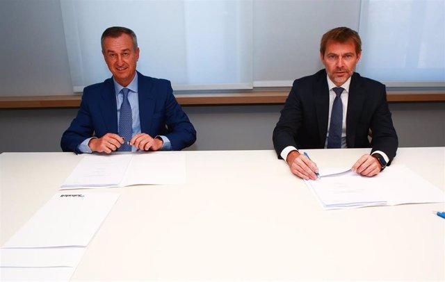 El consejero director general de MoraBanc, Lluís Alsina, y el consejero delegado de Banco Sabadell, César González-Bueno, durante la firma del acuerdo.