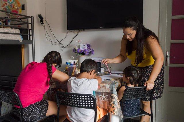 Save the Children atiende a una mijar y a sus tres hijos en sus programas de acción social en València.