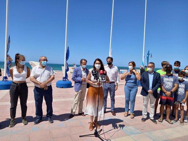 La delegada territorial de Turismo de la Junta en Cádiz, María Jesús Herencia, durante el izado de la Bandera Azul en la playa de La Barrosa.