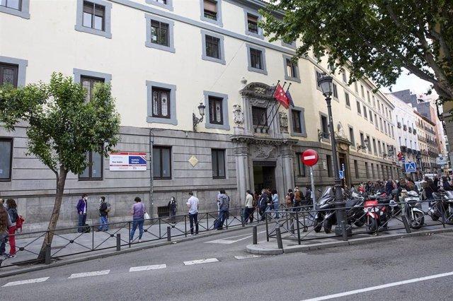 Imagen de archivo de personas esperando en las puertas del Instituto San Isidro para realizar el examen de oposición de Educación Secundaria, Formación Profesional o Enseñanzas Artísticas.