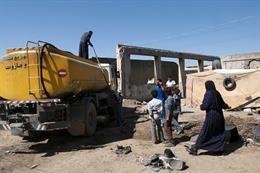 Archivo - Reparto de agua con un camión cisterna a refugiados sirios en Líbano