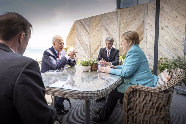 Archivo - 12 June 2021, United Kingdom, Carbis Bay: German Chancellor Angela Merkel (R) and US President Joe Biden (2nd L) sit with their foreign policy advisors Jan Hecker and Jake Sullivan (L) at the beginning of their talks on the sidelines of the G7 s