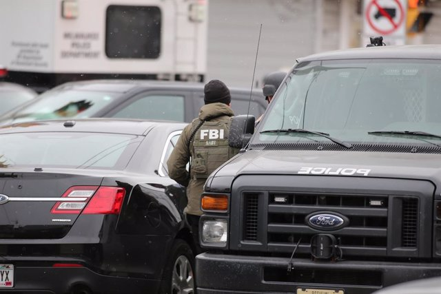 Archivo - 26 February 2020, US, Milwaukee: An FBI agent works at the scene where a gunman opened fire at a beer brewing complex killing at leaste five employees before taking his own life. Photo: Pat A. Robinson/ZUMA Wire/dpa