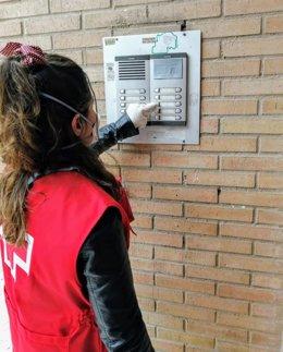 Archivo - Voluntaria de Cruz Roja en Cuenca