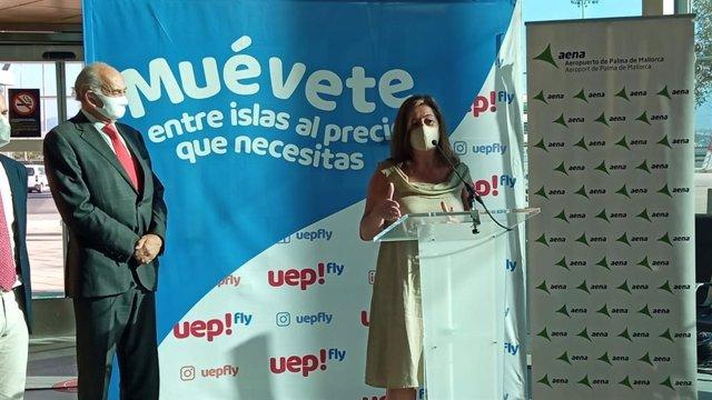 La presidenta del Govern, Francina Armengol, en el aeropuerto de Palma, junto al consejero de Uep!Fly, Javier Taibo.