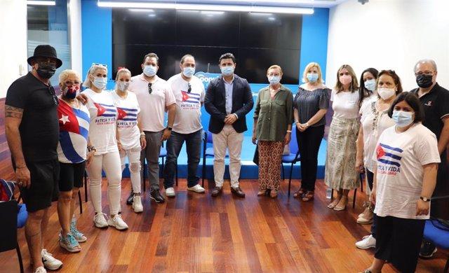 El secretario general del PP, José Miguel Luengo, mantiene un encuentro de trabajo con cubanos que residen en Murcia