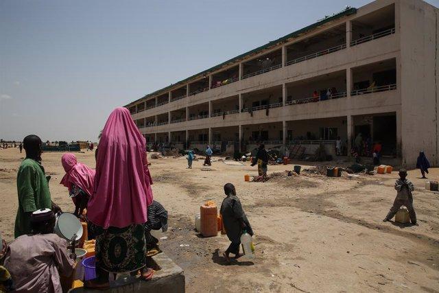 Archivo - Desplazados en un campo a las afueras de Maiduguri, en el estado de Borno, en el noreste de Nigeria