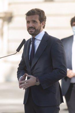 Arxiu - El president del PP, Pablo Casado, atén els mitjans