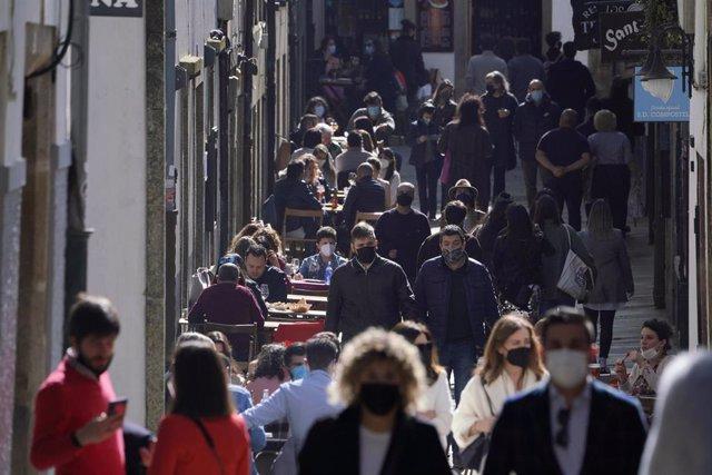Archivo - Terrazas llenas de gente en Santiago de Compostela.