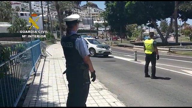 Agente de la polcía alemana junto a un guardia civil en Mogán (Gran Canaria)
