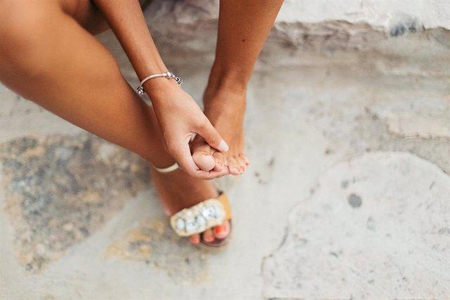 Archivo - Dolor de pies con sandalias en verano