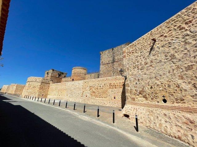 Archivo - Vista exterior de la muralla de Niebla (Huelva).