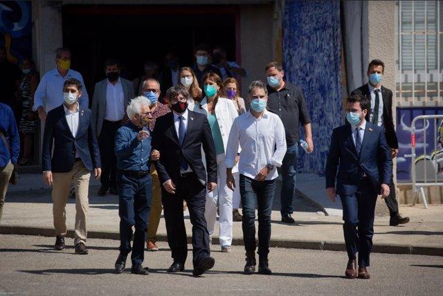 L'expresident de la Generalitat i líder de Junts, Carles Puigdemont, i l'exvicepresident i líder d'ERC, Oriol Junqueras, han arribat aquest divendres a l'acte de commemoració del 60è aniversari d'Òmnium, a Elna (França)