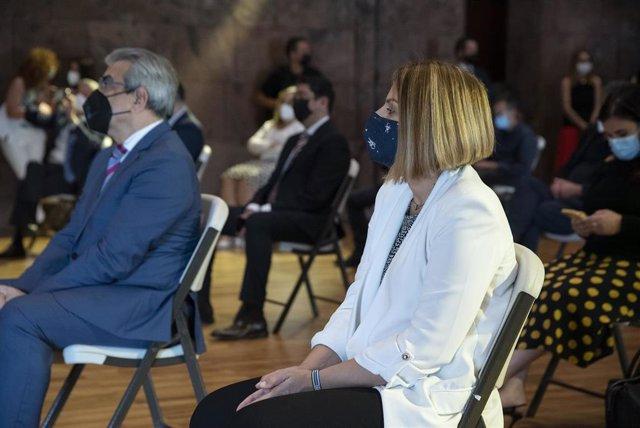 Archivo - La consejera de Derechos Sociales, Igualdad, Diversidad y Juventud en el Gobierno de Canarias, Noemí Santana, junto al vicepresidente de Canarias, Román Rodríguez