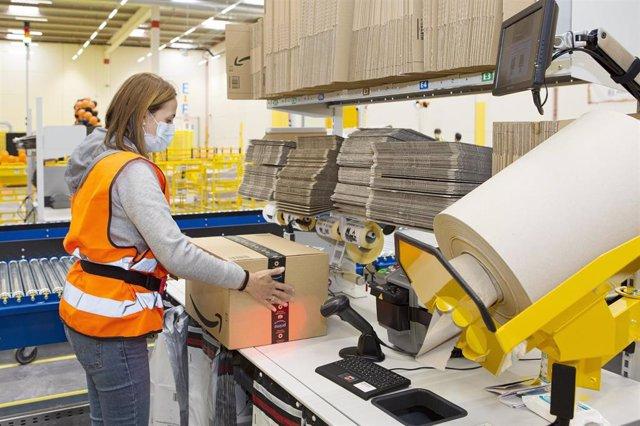 Archivo - Trabajadores de Amazon en el centro logístico