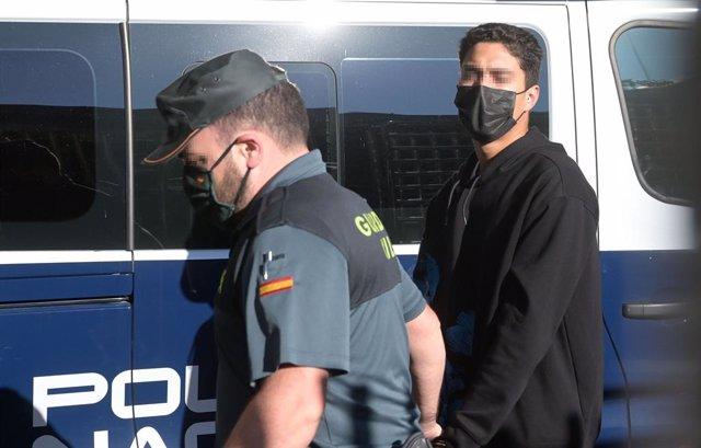 Uno de los investigados por la muerte de Samuel Luiz acude, esposado y acompañado de un agente de la Policía Nacional, al  Juzgado de Instrucción número 8 de A Coruña, a 16 de julio de 2021. El juzgado ha citado hoy a los tres investigados por la muerte d