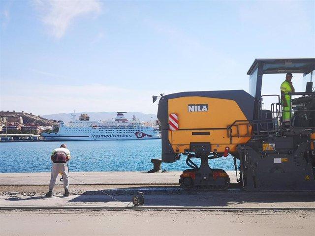 Un operario instala fibra óptica en la términal de contenedores del puerto de Almería