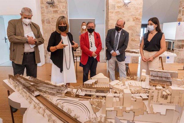 El acto de inauguración de la exposición en l'Harmonia contó con la intervención de la alcaldesa de l'Hospitalet de Llobregat, Núria Marín, y del rector de UIC Barcelona, Xavier Gil.