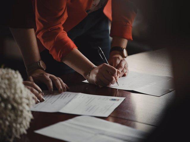 Archivo - Firma de un contrato