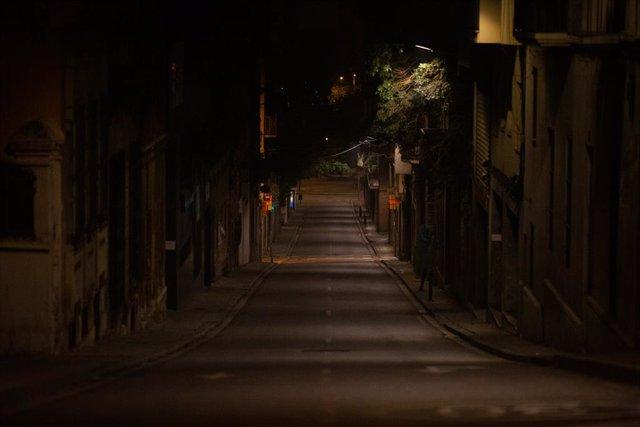 Archivo - Arxiu - Una via de Barcelona buida pel toc de queda