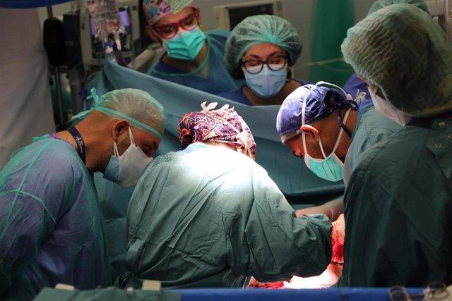 Imagen de la intervención en un quirófano del Hospital Vall d'Hebron