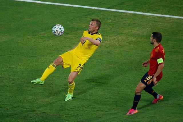 Archivo - Sebastian Larsson intenta controlar un balón ante Jordi Alba en el España-Suecia de la EURO 2020
