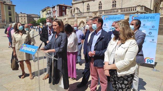 Cuca Gamarra, portavoz del PP en el Congreso, y a su derecha Borja Suárez, candidato a la Presidencia del PP de Burgos