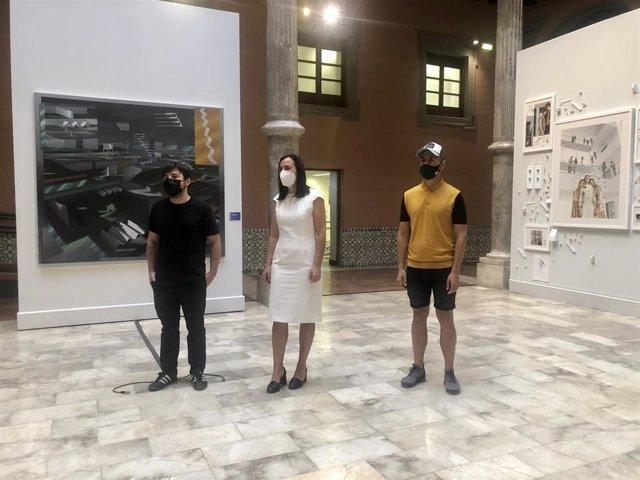 Fernando Romero, ganador del certamen, junto a la diputada Cristina Palacín, y Raúl Ursua, merecedor del accésit