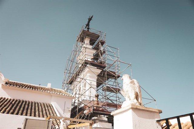 Trabajos de reposición de cerámica exterior del santuario de la Virgen del Rocío.