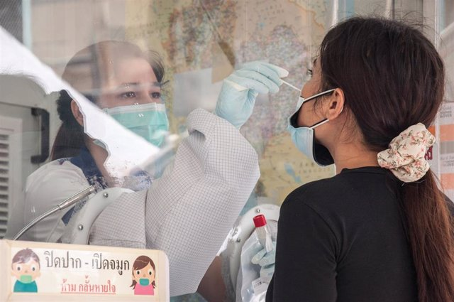 Archivo - Prueba de coronavirus en la capital de Tailandia, Bangkok