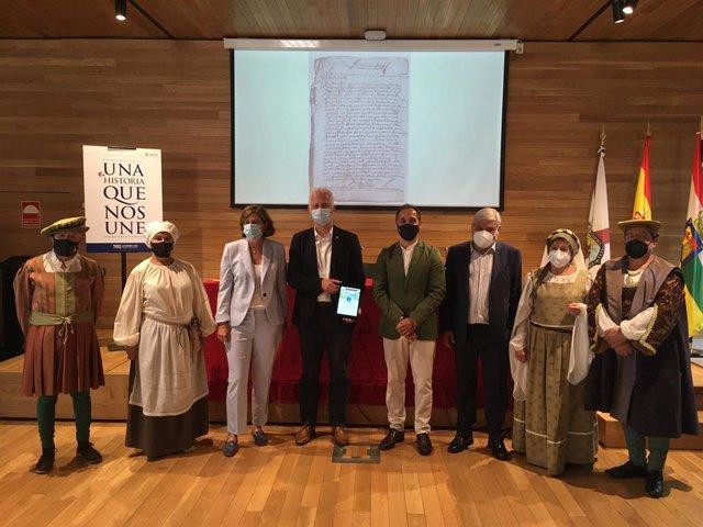 El alcalde de Logroño, Pablo Hermoso de Mendoza, recibiendo el proyecto de investigación 'Corpus documental sobre el Sitio de Logroño de 1521'