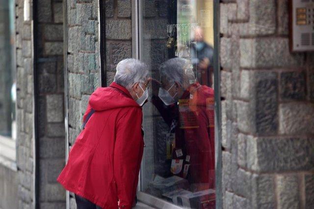 Archivo - Foto de archivo de una señora visitando comercios andaluces.