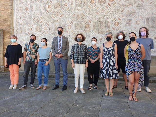El director general de Cultura, Ignacio Apezteguía, la directora del Museo de Navarra, Mercedes Jover, y la comisaria del programa, Alexandra Baurès, junto a artistas que participan en '9 soles'.