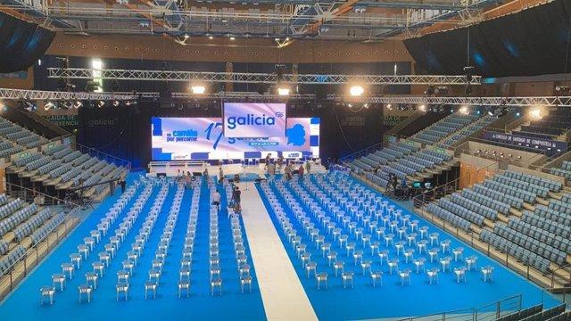 Montaje del escenario del congreso del PPdeG en Santiago.