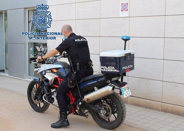 Agente de la Policía Nacional en moto.