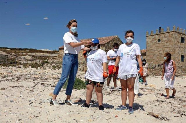 Archivo - La conselleira de Política Social en un campamento de verano en la isla de Sálvora